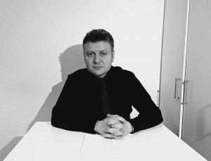 Czarno-białe zdjęcie przedstawiające dr. hab. Karola Samsela